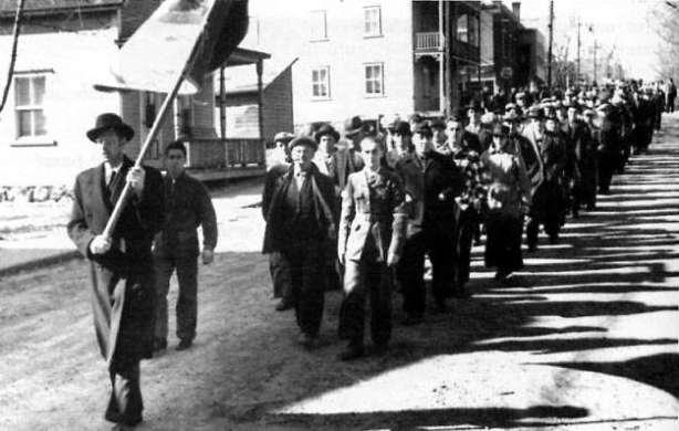 Les ouvriers grévistes défilant dans les rues d'Asbestos.